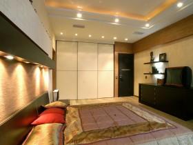 Сучасний дизайн спальні з прихованою стельової підсвічуванням