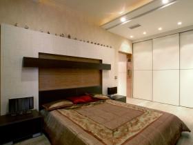 Дизайн світлої спальні з темною ліжком
