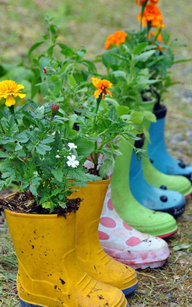 Высаживание цветов в разноцветные резиновые сапоги.