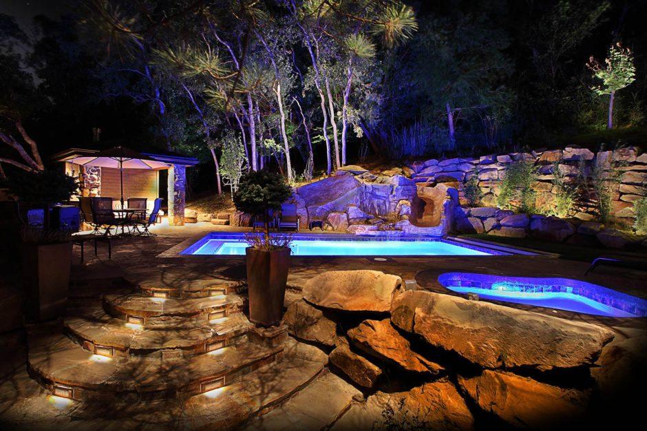 Фото пример использования в основном только верхней подсветки в саду, что согласитесь, довольно эстетично и аккуратно.