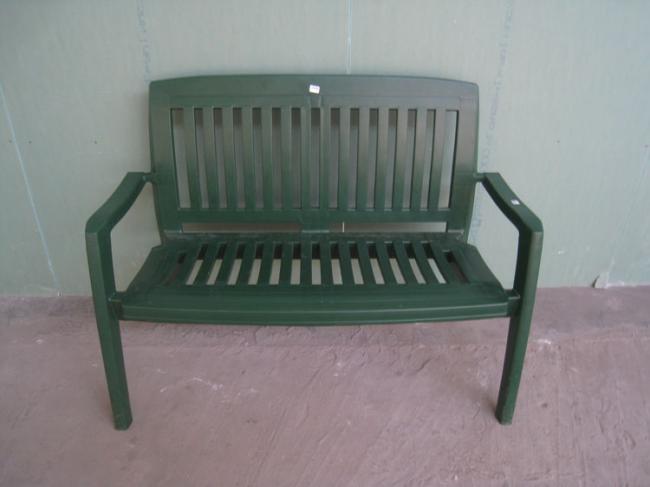 Пластиковая скамейка