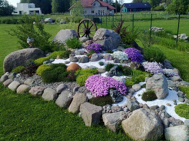 Горка в саду фото
