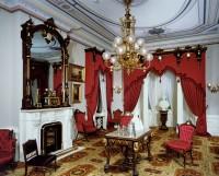 Розкішна вітальня з каміном в червоно-білих відтінках
