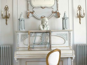 The mirror and the antique furniture theme