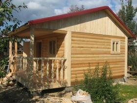 Деревянная баня с небольшой террасой