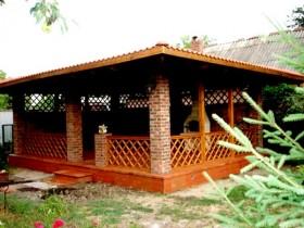 Кирпичная беседка с деревянной оградкой