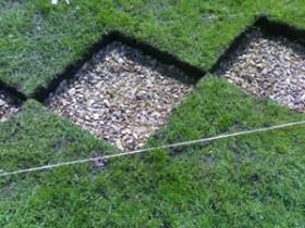Отверстие в газоне под бетонные плиты