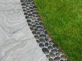 A curb for garden paths made of pebbles