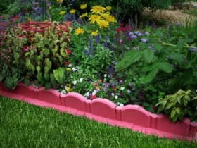 Decorative protection of the lawn edges