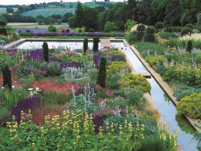 Ритм повторяющихся растений является составной частью новой волны посадки, но цвет является ключевым для английского стиля.