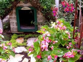 Кирпичная будка для собаки с озелененной кровлей