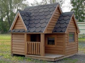 Большая деревянная будка для собаки