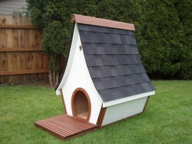 Booth for dogs with elongated roof
