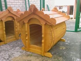 Деревянная будка для собаки из бочки