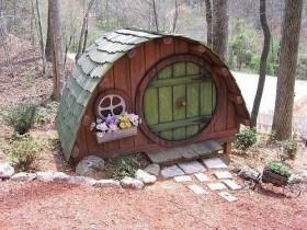 Маленькая красивая будка для собаки