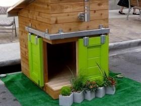 Деревянная будка для собаки с зелеными дверцами