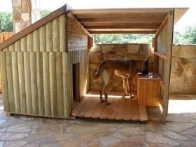 Деревянная будка с навесом