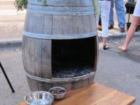 Будка для собаки из деревянной бочки