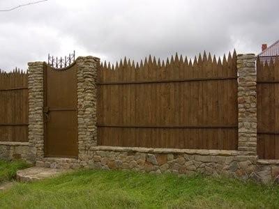 Забор частокол в комбинации с камнем