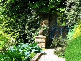 Creating the illusion of a tiny garden: the door to the new garden