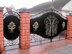 The design of wrought iron gate with brick pillars