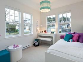 Светлый интерьер детской комнаты для девочки подростка