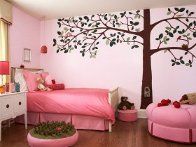 The idea of wall decoration in the nursery for girls