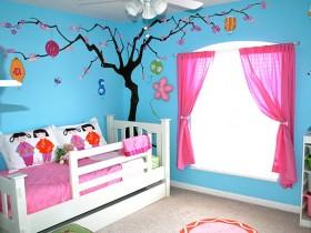Уютная детская комната для маленькой девочки