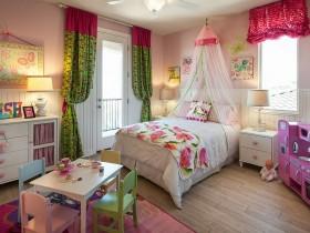 Красивая мебель в детской комнате для девочки