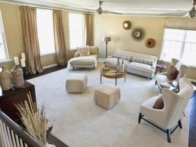 Интерьер гостиной комнаты в светлых оттенках