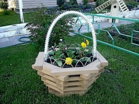 Flowerbed in the form of a basket