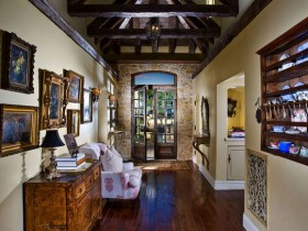 Design long hallway in eclectic style