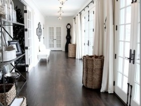 The combination of dark brown with white in the interior of the long hallway
