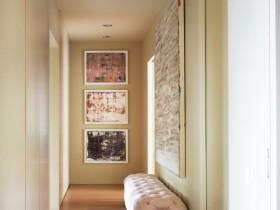 Современная светлая прихожая-коридор