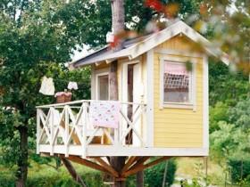 Желтый детский домик на дереве