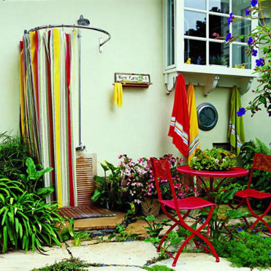 Летний душ на стене дома
