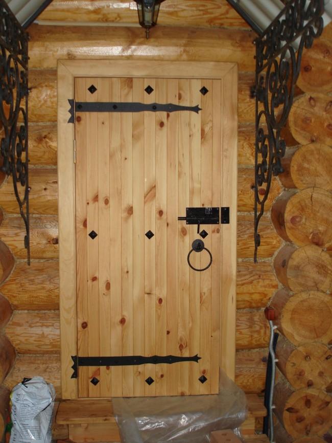 Деревянные двери в баню