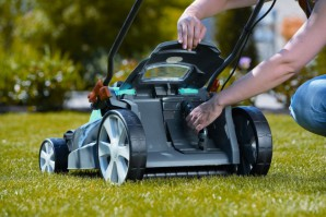 The manual petrol and electric lawn mowers