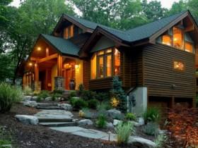 Фасад дерев'яного котеджу