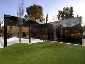 Темный современный дом с застекленным фасадом