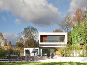 Фасад современной двухэтажной дачи