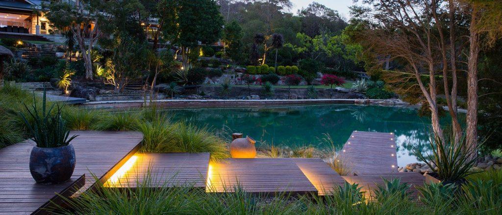 На фото пример оформления водоема сада в стиле модерн.