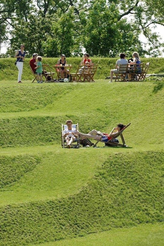 Зона отдыха на искусственном холме