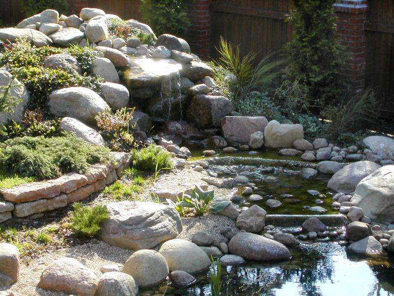 На фото показан пример построения водоема из камней, на горном, каменном склоне.