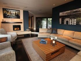 Стильная гостиная с камином на дровах