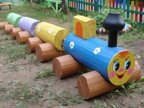 Деревянный паровоз на даче