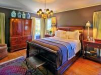 Маляўнічая спальня з драўлянай мэбляй