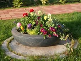 Украшение канализационной ямы в саду