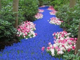 Искусственный ручей из цветов