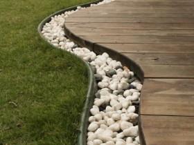 Бордюр из природного камня в саду